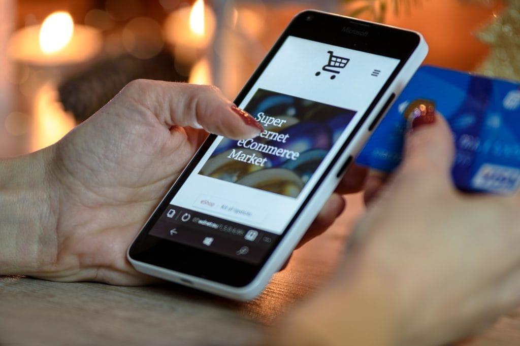 E-Commerce Lösungen wie der Online Shop auf dem Smartphone und verschiedenen Bezahl-Systemen