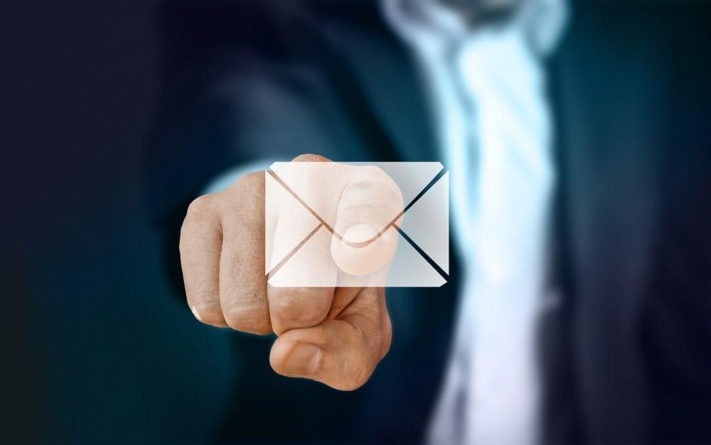 E-Mail Marketing wie dieser Button gedrückt von einem Geschäftsmann
