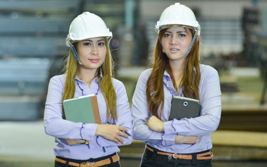 Personalentwicklung wie diese beiden jungen Damen die auf dem Bau arbeiten