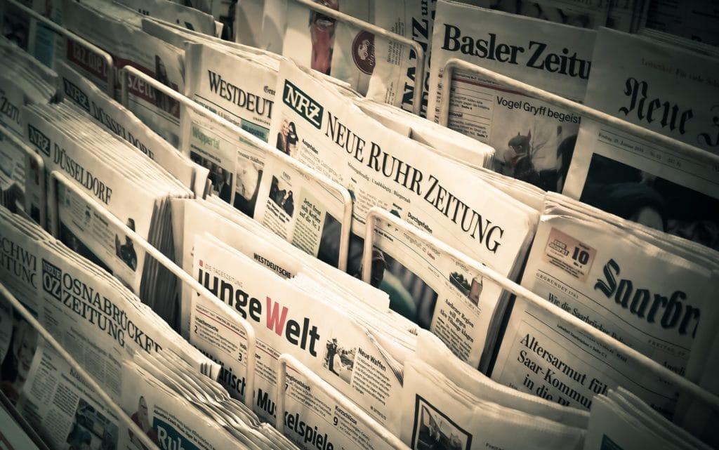 Presse und Druckanzeigen wie diese Tageszeitungen beim Kiosk im Regal