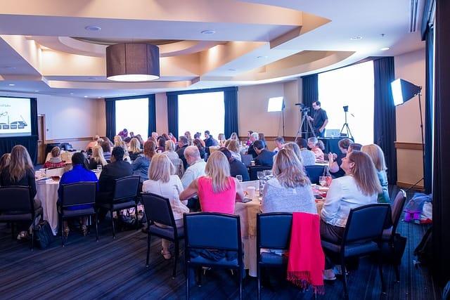 Wir veranstalten Seminare und Workshops in kleinen und großen Gruppen